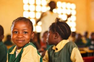 Imagem 2 - Alunos em Serra Leoa participam do programa do UNICEF